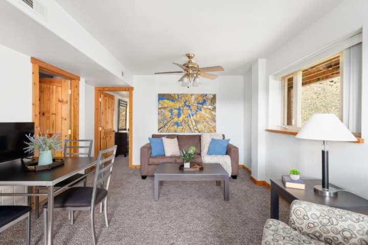 Mountaintop condo | 20 mins to downtown Miner Street | walk to trailhead 'St Mar, vacation rental in Dumont