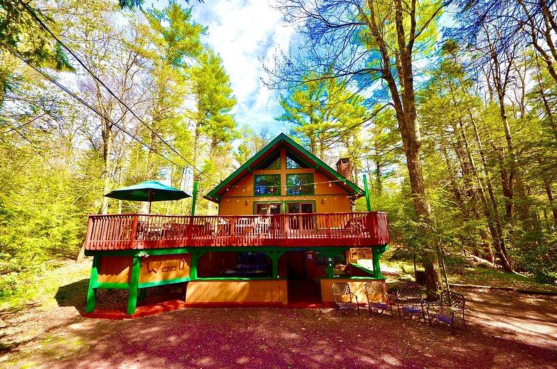 ⛰⛷⛱ POCONO Stream Side Mountain Lodge ★ Hot Tub, near EVERYTHING - Famil, casa vacanza a Pocono Pines