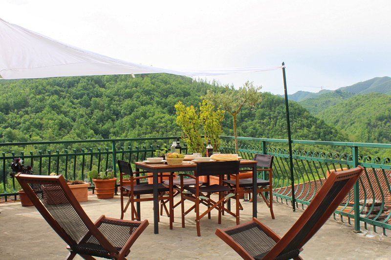 Holiday house in Lunigiana Tuscany, near 5 Terre, WiFi Panoramic Terrace, holiday rental in Fivizzano