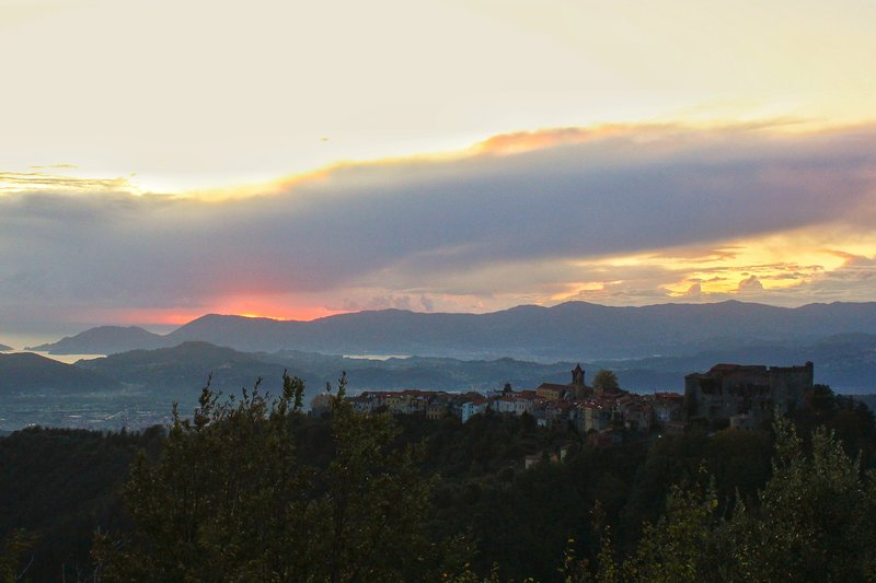 Tramonto su Fosdinovo e Portovenere
