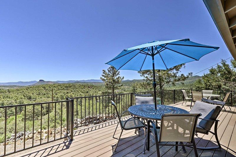 Prescott Hideaway w/ Deck, Sauna & Mountain Views!, casa vacanza a Skull Valley