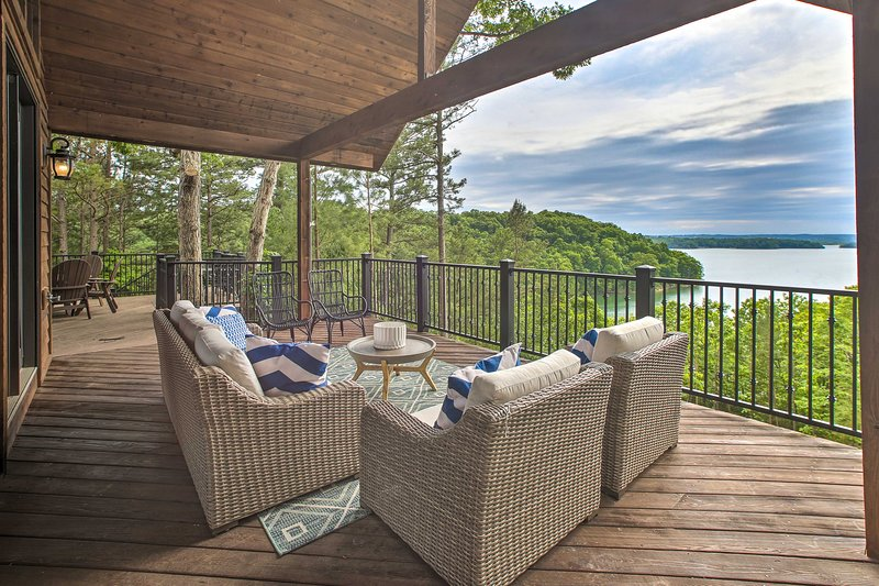 NEW! Luxe Beaver Lake Living w/ Private Shoreline!, holiday rental in Avoca