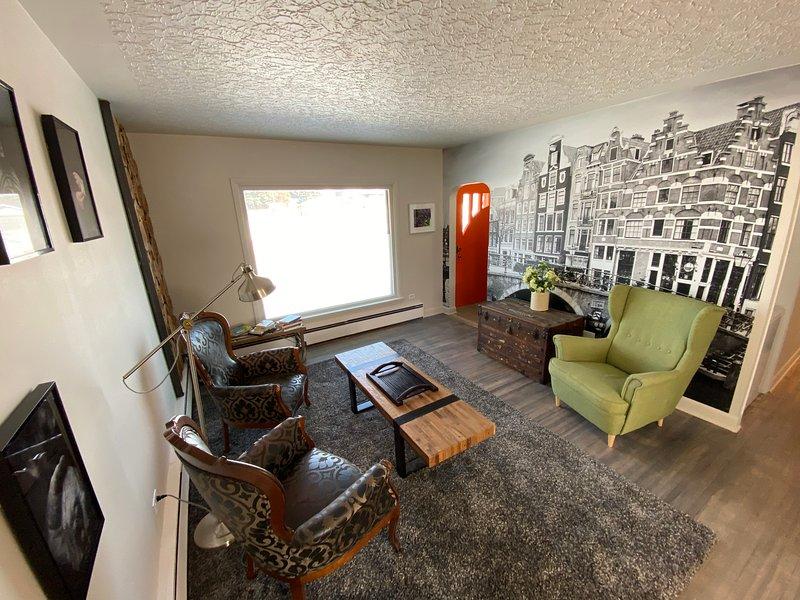 Furnished 3 bedroom & 1 bath Main floor home | Utilities & Wifi Included, casa vacanza a De Winton