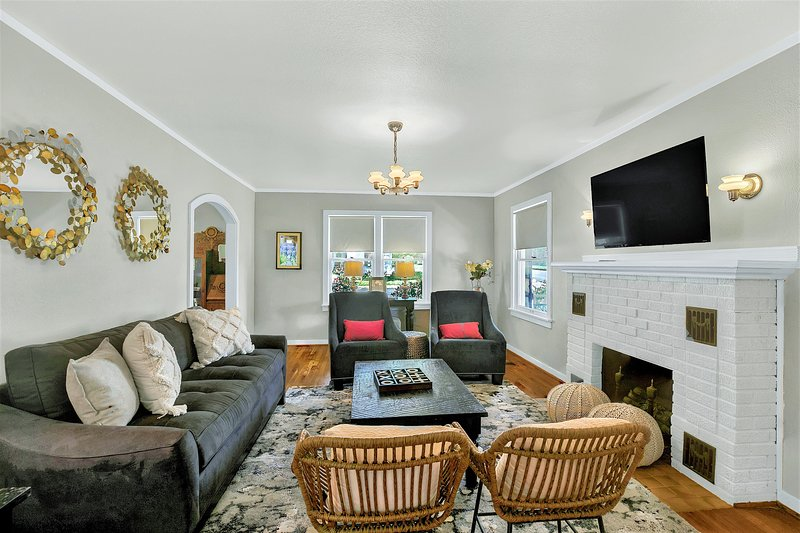 Just Steps to Main St-Charming Downtown Fred Home!, vacation rental in Fredericksburg