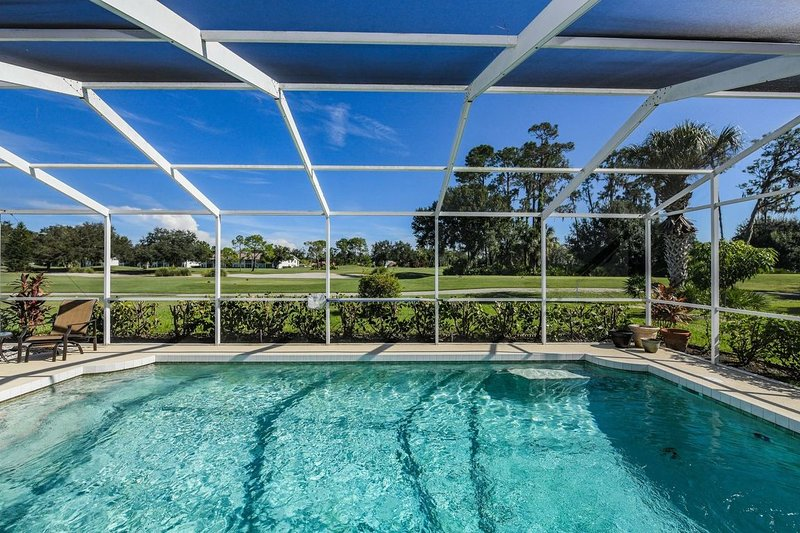 Bright 3/2 Home with private pool at Tara Golf & Country Club, holiday rental in Braden River