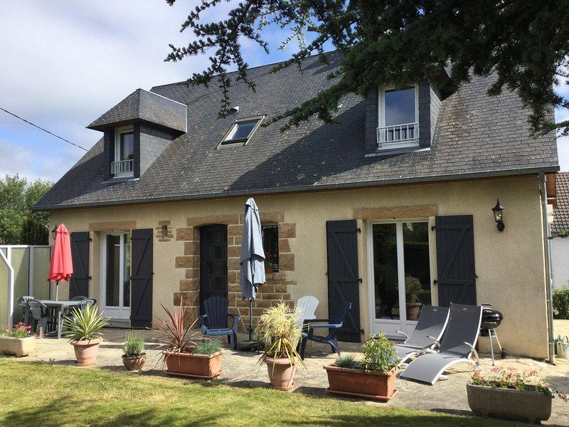 Maison de vacances très spacieuse proche Granville avec wifi et stationnement, alquiler vacacional en Longueville