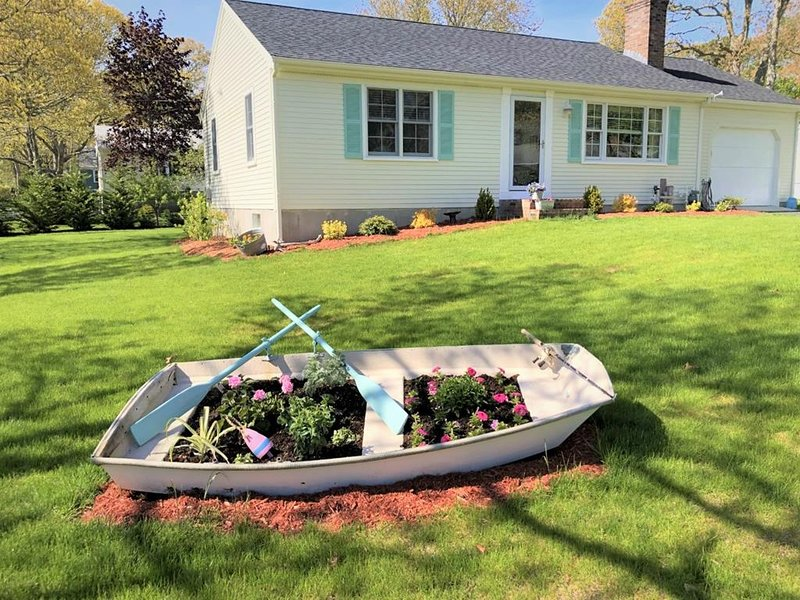 PRIME WEEKS OPEN! 'CHARMER' with CENTRAL A/C! 142215, holiday rental in West Yarmouth