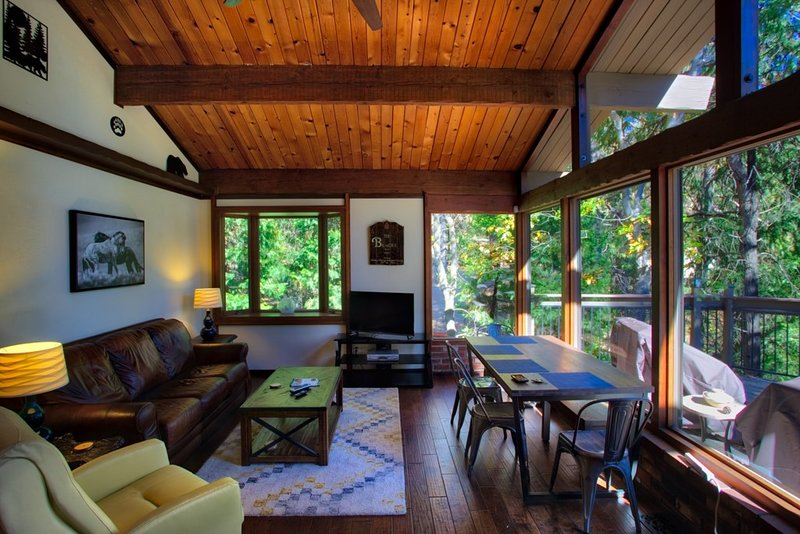 'On Cabin time'Sleeps 8! Dog Friendly! Near Town!, vacation rental in Crestline