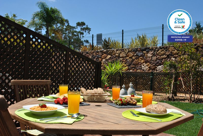 UNIQUE, CHARMING AND TASTEFULLY FURNISHED TOWNHOUSE, A/C, WI-FI & SWIMMING POOL, vacation rental in Fonte De Louzeiros