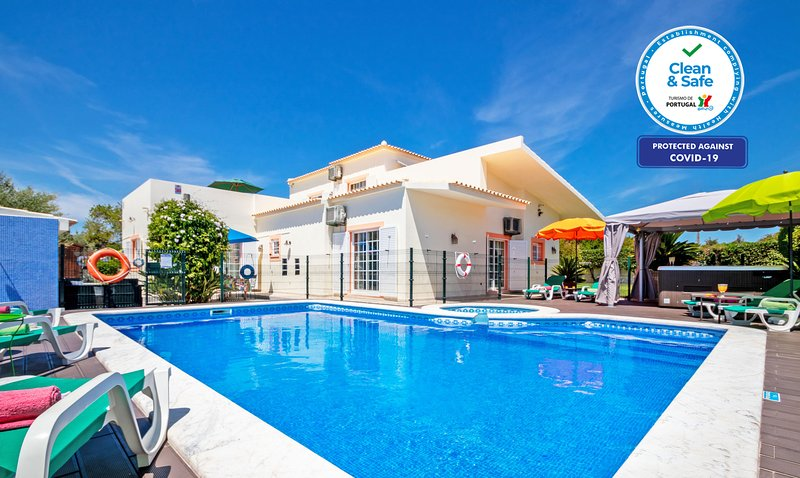 LUXURY VILLA W/ PRIVATE FULLY FENCED HEATABLE POOL, JACUZZI, A/C AND WIFI!, holiday rental in Ferreiras