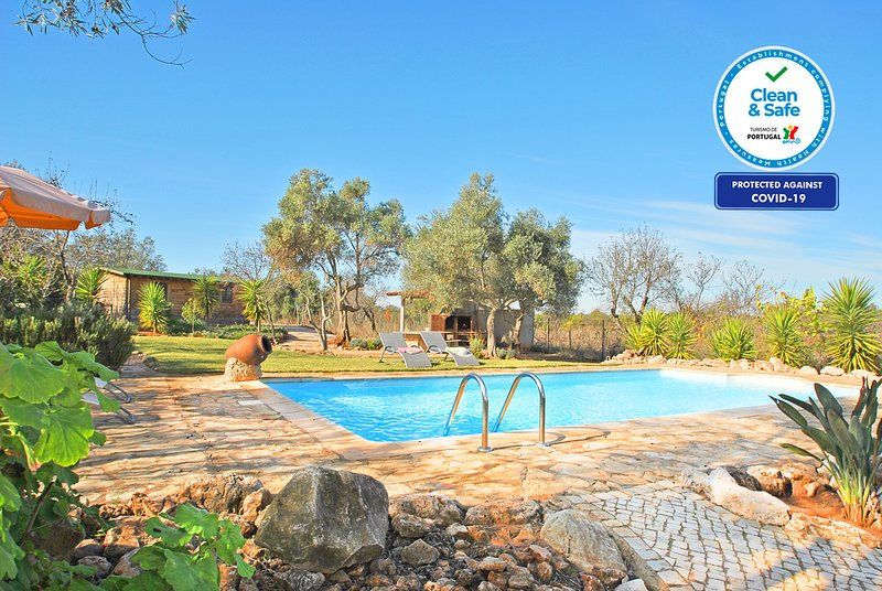 CHARMING VILLA WITH PRIVATE POOL, BBQ AND Wi-Fi, alquiler vacacional en Paderne