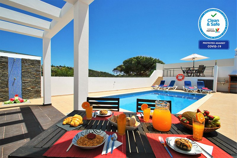 MODERN VILLA W/ SWIMMING POOL, AIR CON, FREE WI-FI & CLOSE TO ALL AMENITIES, holiday rental in Patroves