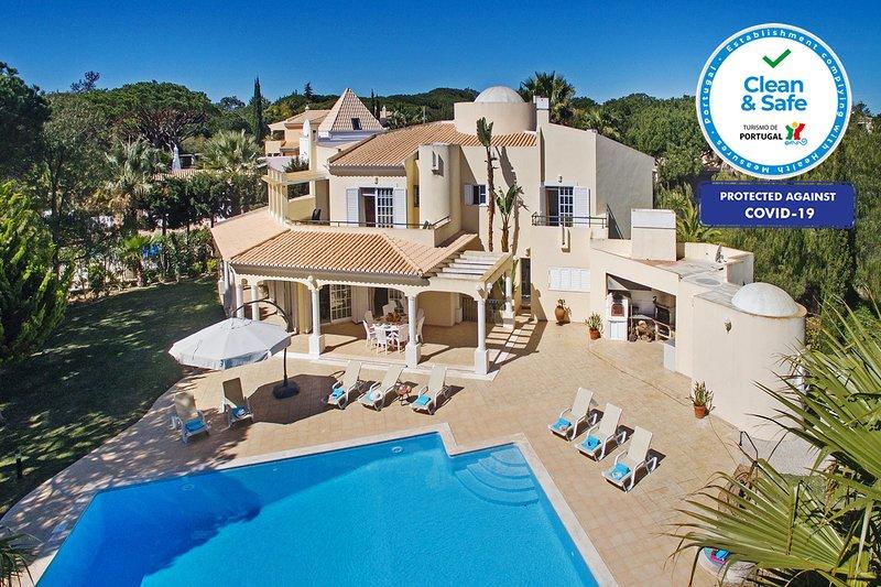 AMAZING VILLA W/ HUGE POOL, AIR CON, WI-FI, CLOSE TO THE BEACH, alquiler de vacaciones en Vale do Garrao