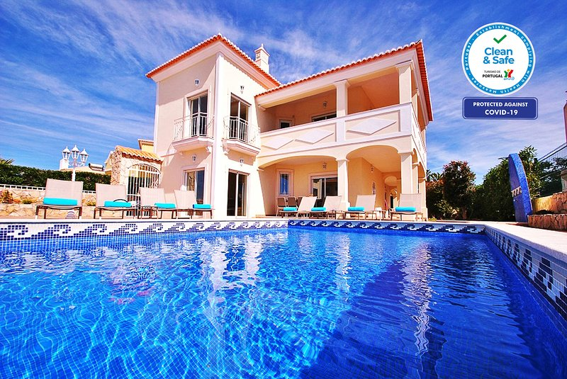 LUXURY VILLA, HEATABLE SWIMMING POOL, AIR CON, FREE WI-FI & GREAT SEA VIEW, holiday rental in Patroves