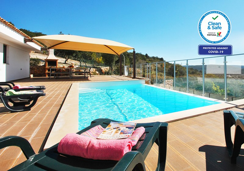 OUTSTANDING TRADITIONAL VILLA WITH A PRIVATE POOL, AC, FREE WIFI & FABULOUS VIEW, casa vacanza a Espargal