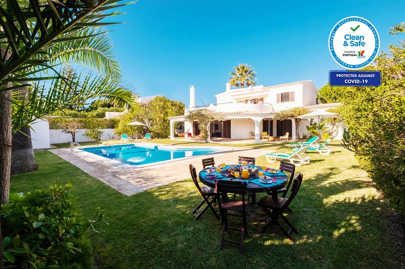 OUTSTANDING VILLA W/BBQ,AC, FREE WI-FI&HEATABLE POOL ONLY 300M FROM THE BEACH, holiday rental in Gale