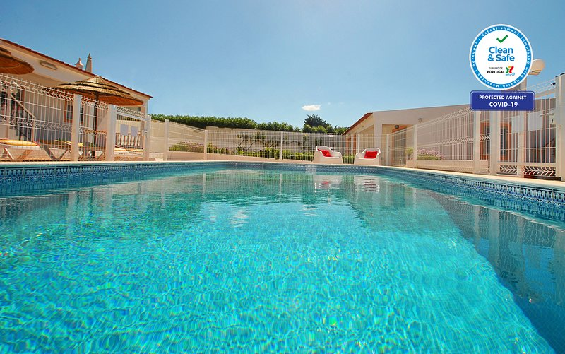 CHARMING VILLA WITH PRIVATE POOL, BBQ AND FREE Wi-Fi..., holiday rental in Ferreiras