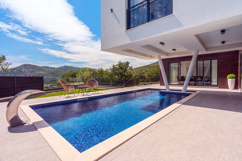 New and stylish Villa Bruna with 32sqm heated pool,sauna,billiard and media room, location de vacances à Zakucac