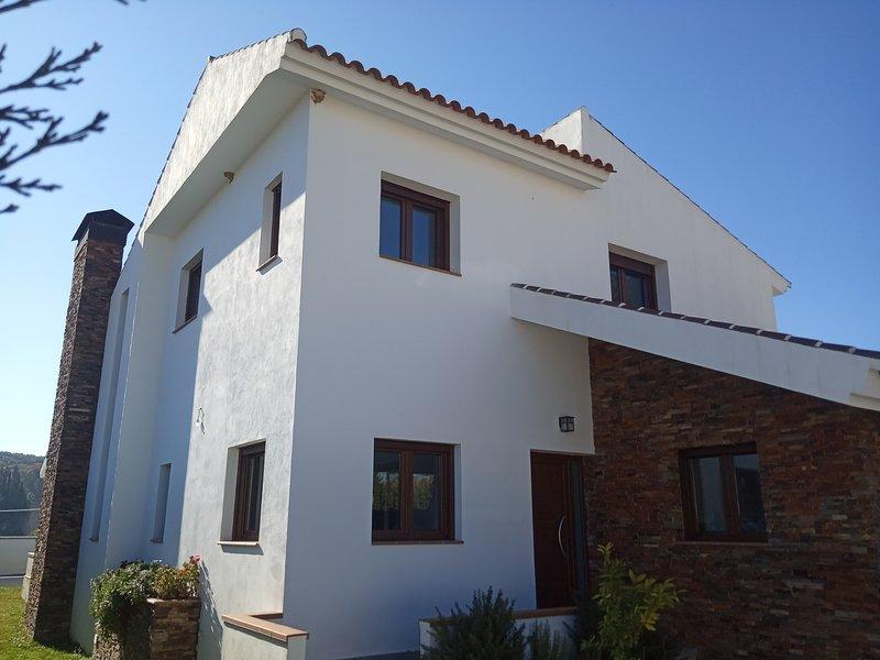 Villa Madodos. Un alojamiento especial y versátil con piscina privada, holiday rental in Loja