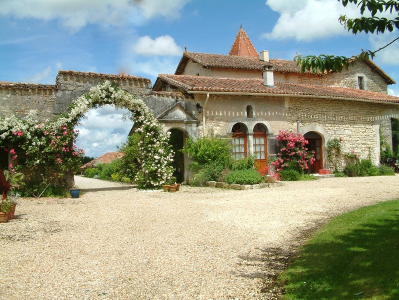 Chateau de Gurat - Petit Château, 3 bedrooms | beautiful grounds | heated pools, holiday rental in Champagne-et-Fontaine
