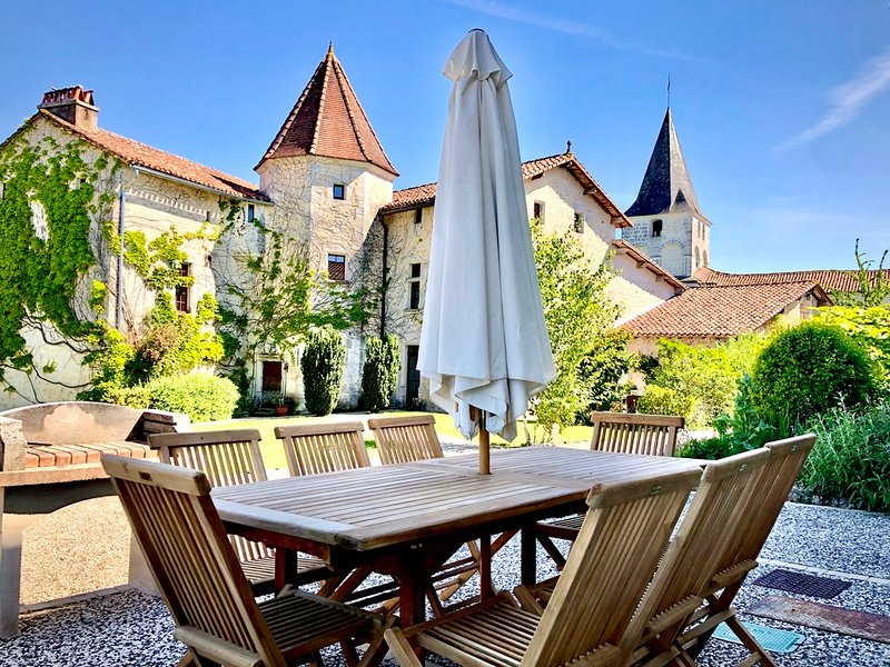 Chateau de Gurat - La Forge, 4 bedrooms | beautiful grounds | heated pools, holiday rental in Champagne-et-Fontaine