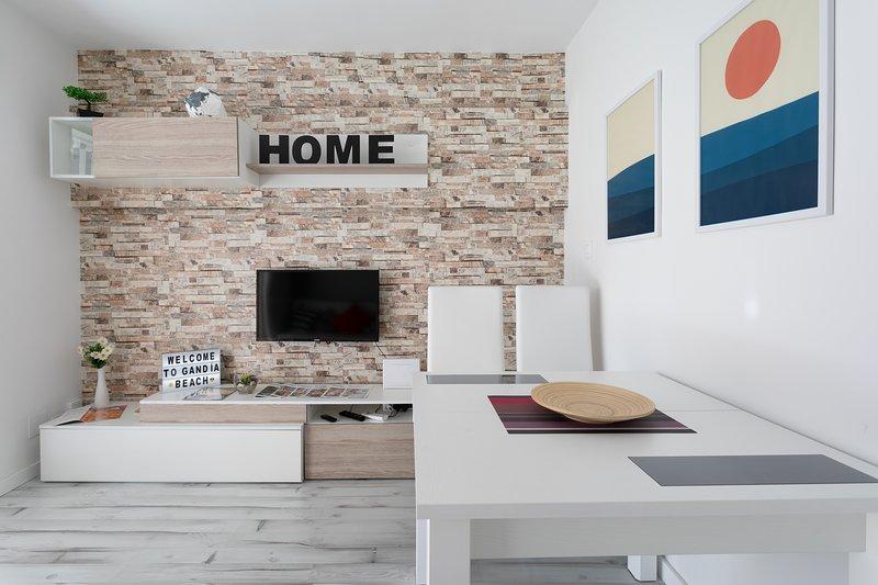 Modern Apartment 1 block from the beach. WiFi & AC, holiday rental in Grau i Platja