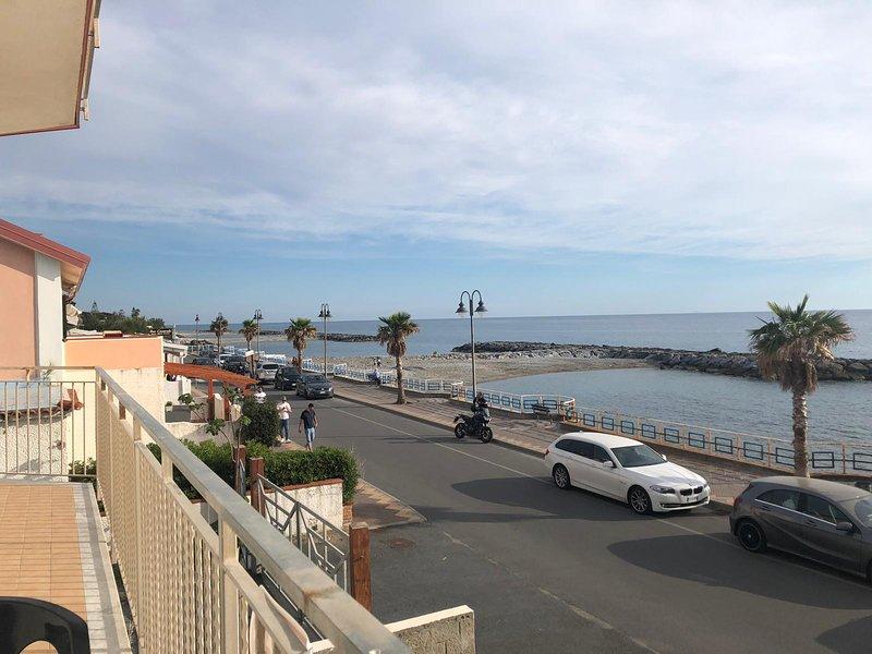 Appartamento da 8 posti ,10 mt dal mare completo di 2 parcheggi privati, vakantiewoning in Sangineto