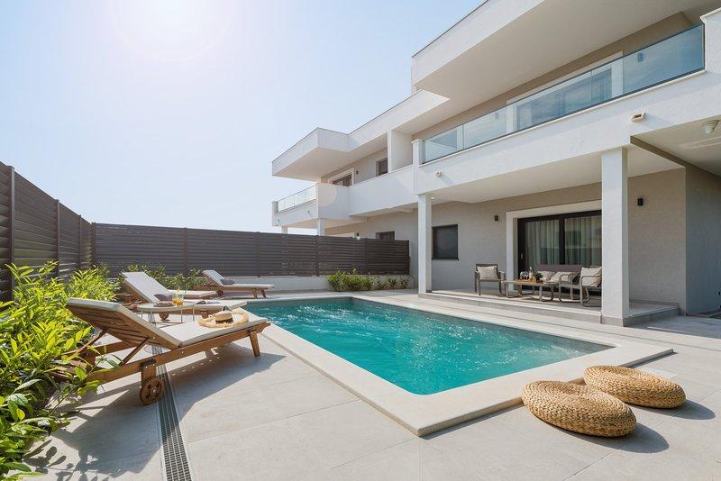 Villa Auni Grey | Heated Pool | Rooftop | Beach 100 m, aluguéis de temporada em Kastela