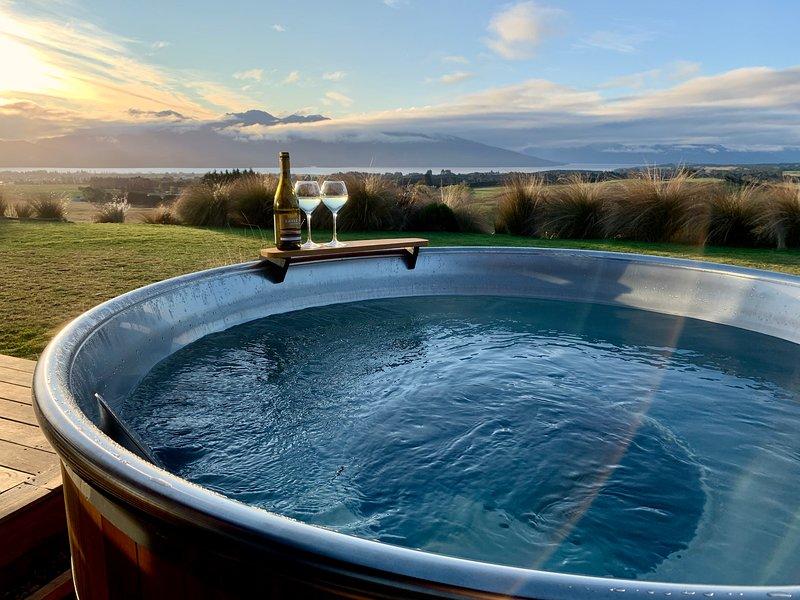 Fiordland Eco-Retreat ☆ Panoramic Views ☆ Hot Tub ☆ Central Heating, holiday rental in Te Anau