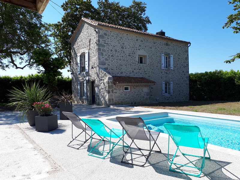 Gîte des Magnolias : belle maison en pierre avec cheminée et piscine – semesterbostad i Feugarolles