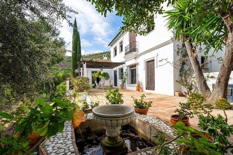 Tranquil Villa Daimalos & Village House with private pool & gardens, aluguéis de temporada em Sedella