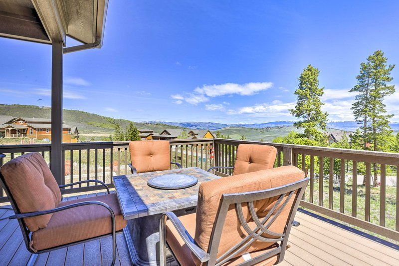 NEW! Ski-In/Ski-Out Retreat w/ BBQ & Shared Spa!, holiday rental in Hot Sulphur Springs