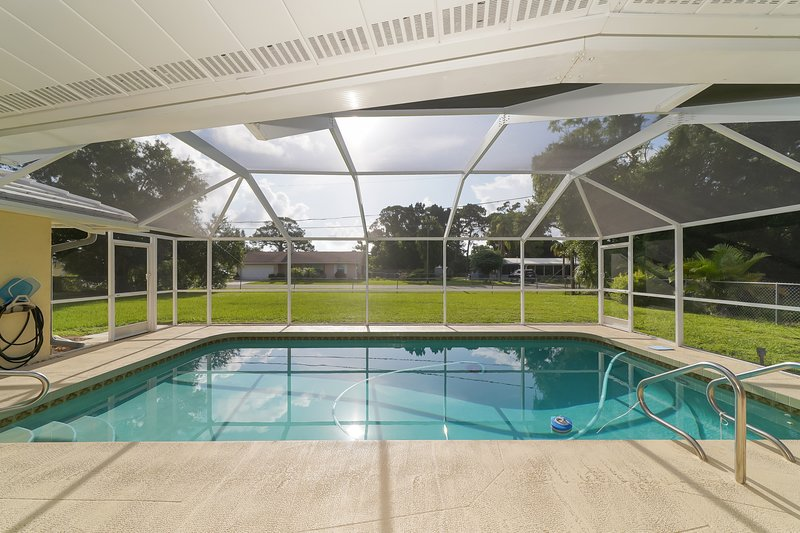 Huge ❤ Pool, Close to Beaches, Restaurants & Shops, holiday rental in Laurel