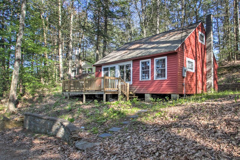 NEW! Cozy Northwood Lake Cabin on Secluded Beach!, holiday rental in Rochester