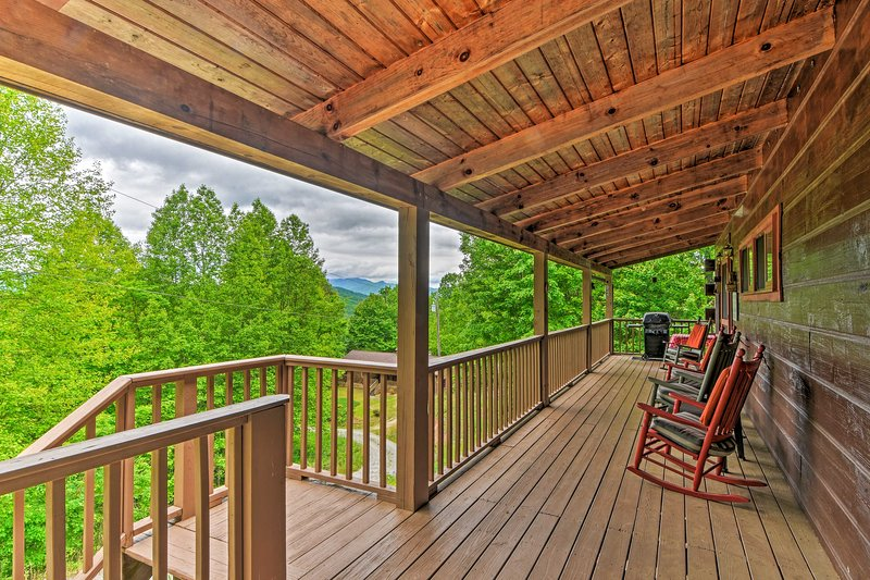 Bryson City Cabin w/ Private Hot Tub & Pool Table!, holiday rental in Bryson City