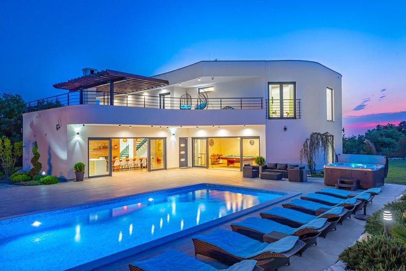 Villa Duke Blue – Five star luxurious villa with tennis court near Pula, Istria, location de vacances à Jursici