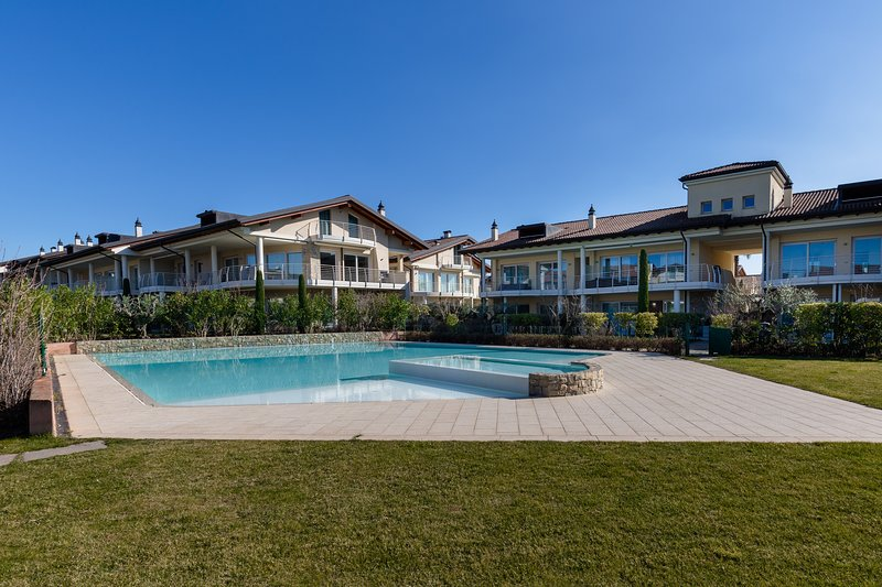 The apartment with 3 bedrooms for rent, vacation rental in Sirmione