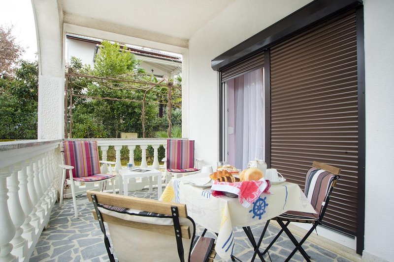 Malinska Apartment Sleeps 2 with Air Con - 5464362, holiday rental in Milcetici