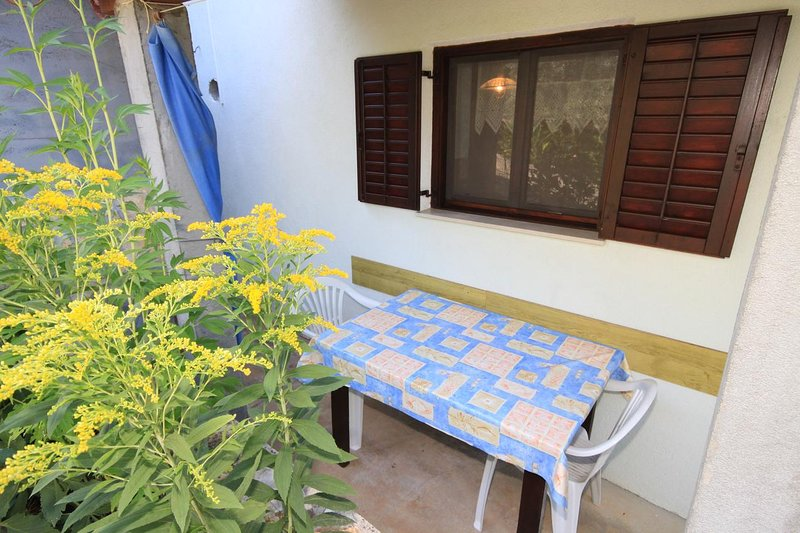 Zman Apartment Sleeps 3 with Air Con - 5467970, location de vacances à Luka