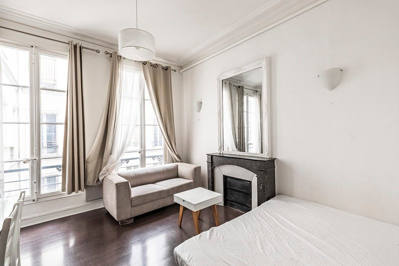 Pretty Parisian studio in the heart of 8th, St. Honoré Madeleine / Monthly, vacation rental in Paris