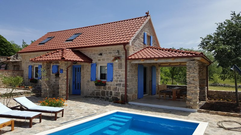 Puljane Holiday Home Sleeps 6 with Pool and Air Con - 5470760, location de vacances à Cetina