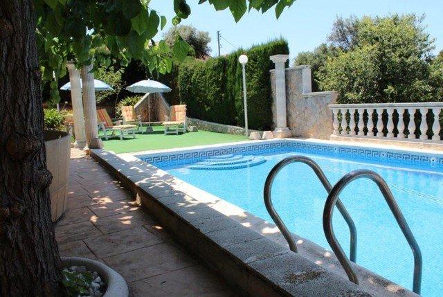Sant Genis de Palafolls Villa Sleeps 8 with Pool Air Con and WiFi - 5509405, location de vacances à Santa Susanna