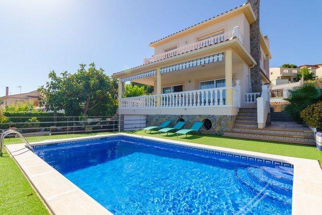 Castellet Villa Sleeps 8 with Pool - 5509084, vacation rental in L'Arboc