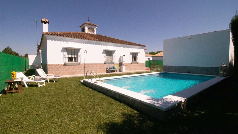 House between Seville and Malaga, Ideal to visit all Andalusia. 8 people. Wifi., vacation rental in Brenes