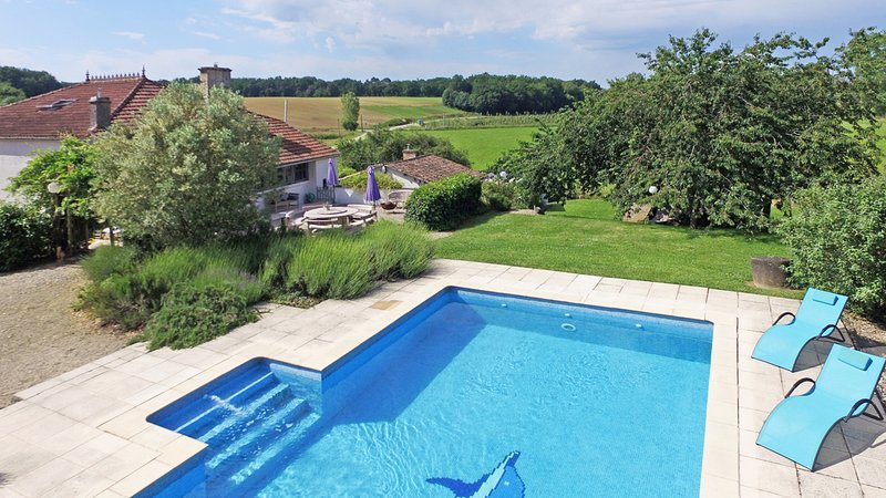 Peaceful rural farmhouse with large private pool, vacation rental in Labretonie