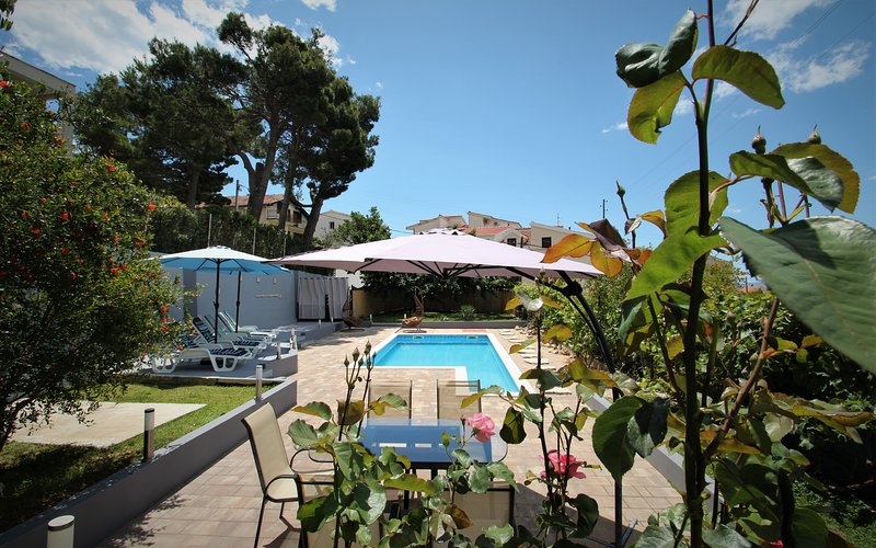 King size apartment with private pool & terrace near Split, alquiler vacacional en Podstrana