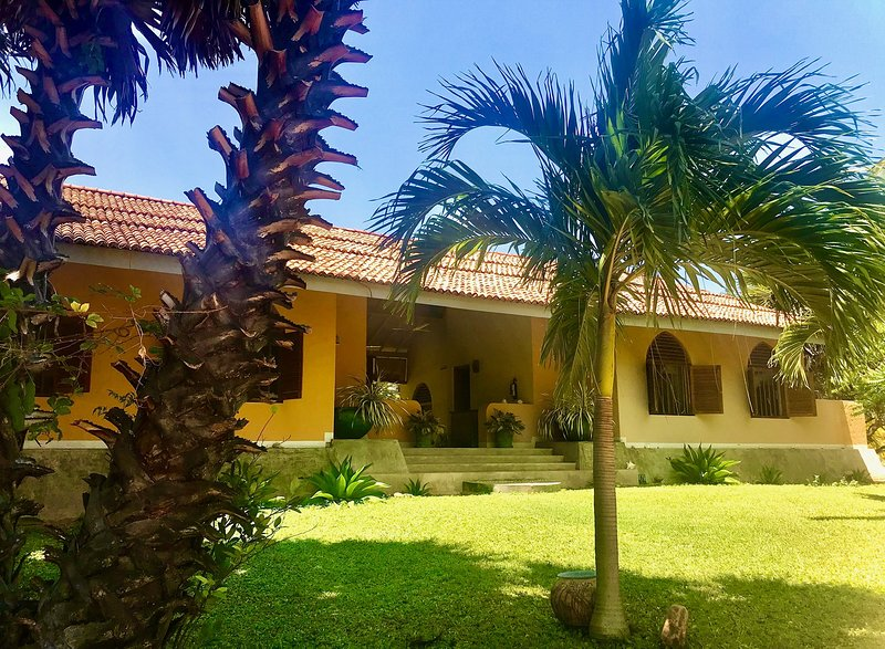 Stunning villa with private chef set in six acres of garden with private beach, vacation rental in Ilandaiyadi