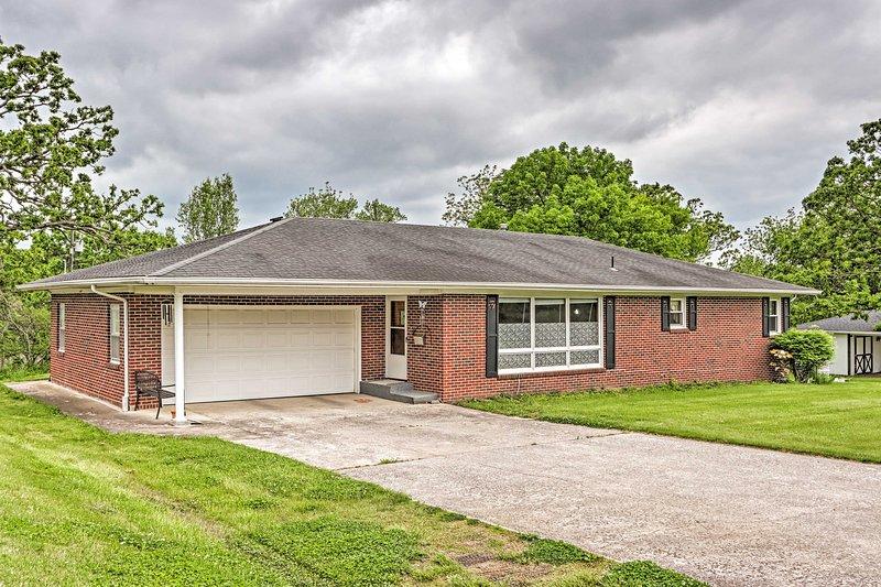 NEW! Macon Ranch-Style Family Home w/ Yard + Deck!, casa vacanza a New Cambria