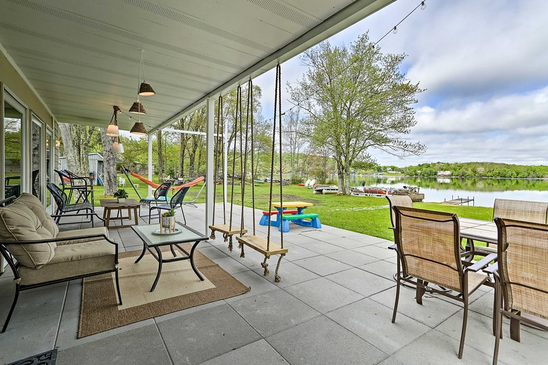 NEW! Luxe Lakefront Family Cottage w/ Private Dock, alquiler de vacaciones en Ferndale