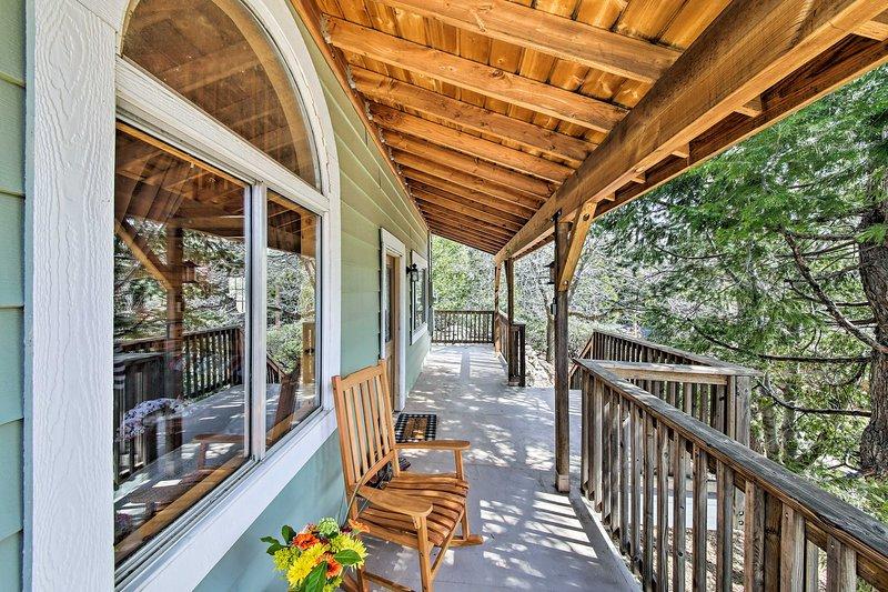 NEW! SoCal Cabin 4Mi to Lake Gregory - Ski & Swim!, holiday rental in Crest Park